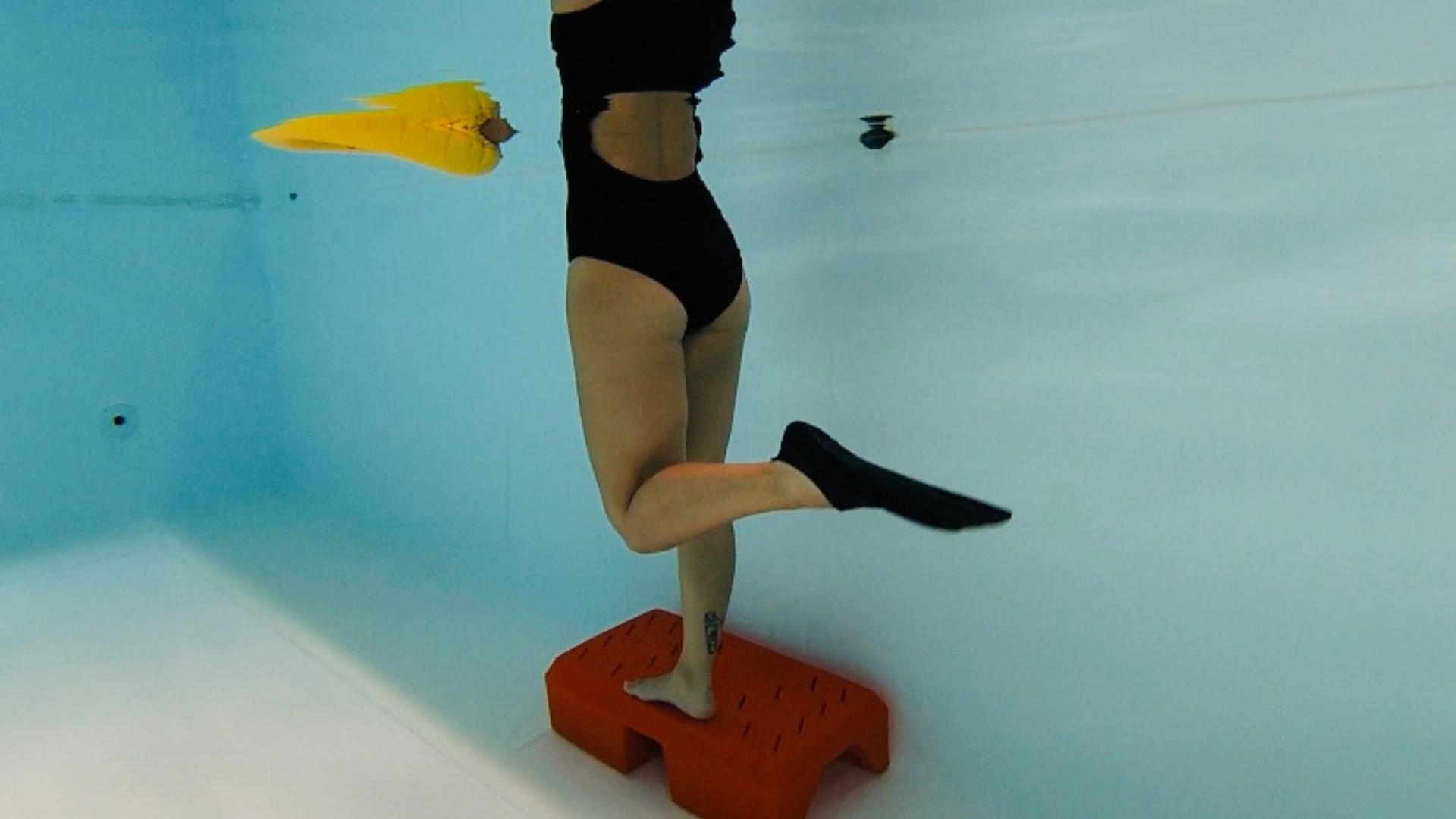Esercizio con pinna per rinforzare le gambe