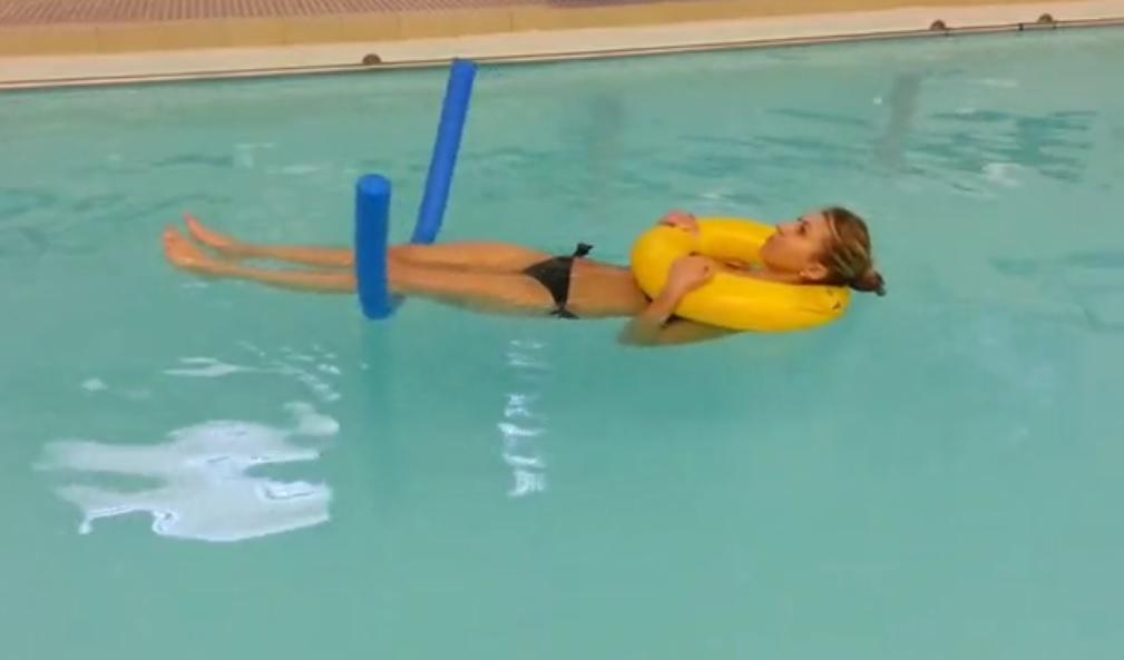flesso estensioni in galleggiamento piscina